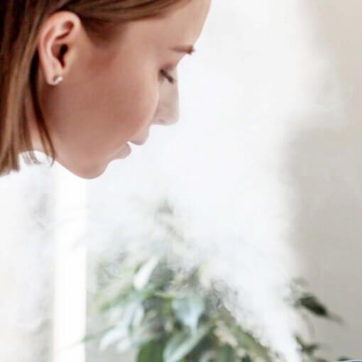 difúzor žena vdychuje paru aromaterapia doterra